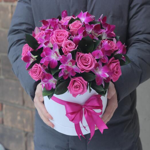 Розовые розы и розовые орхидеи в белой коробке
