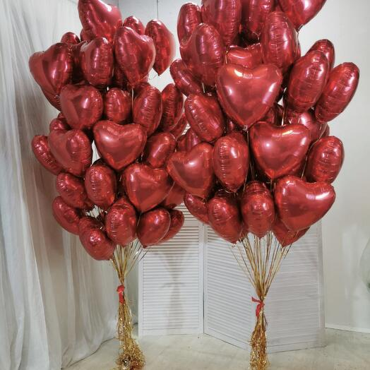 Облако из фольгированных красных сердец