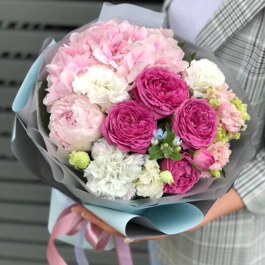 Букет из пионовидных роз и гортензии