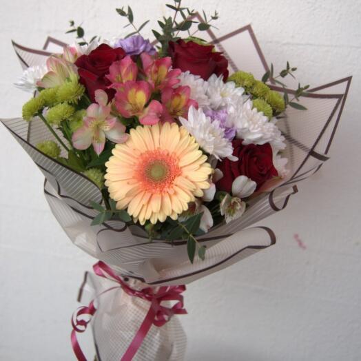 Букет из роз, хризантем и герберы