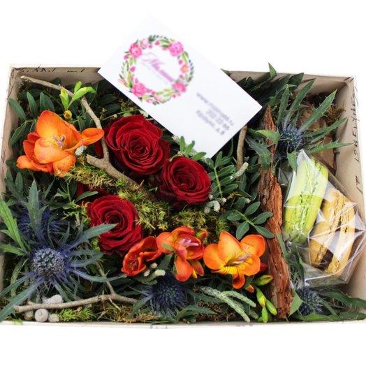 Коробочка с цветами и макарунами №26: букеты цветов на заказ Flowwow