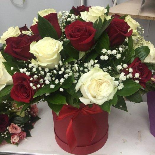 Коробка из  красной и белой розы