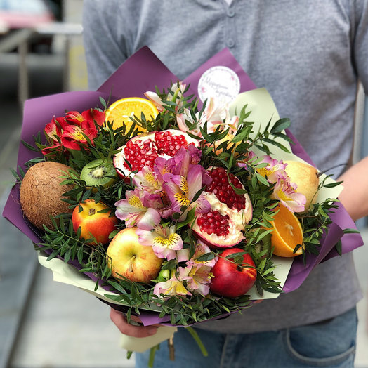 Яркий букет из альстромерий и фруктов: букеты цветов на заказ Flowwow