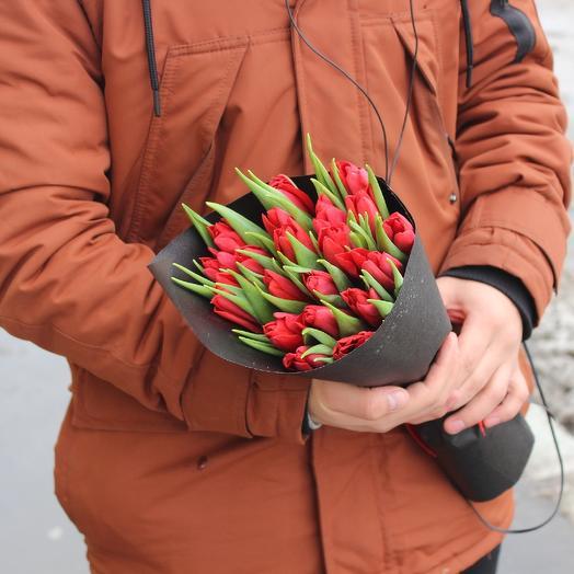 21 красный тюльпан в стильной упаковке