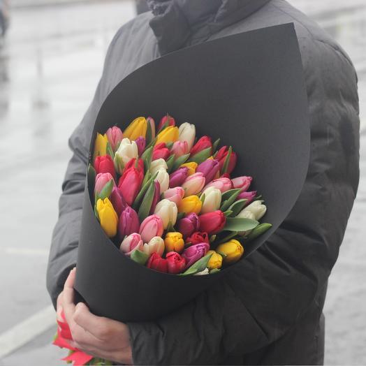 51 тюльпан в дизайнерской упаковке: букеты цветов на заказ Flowwow