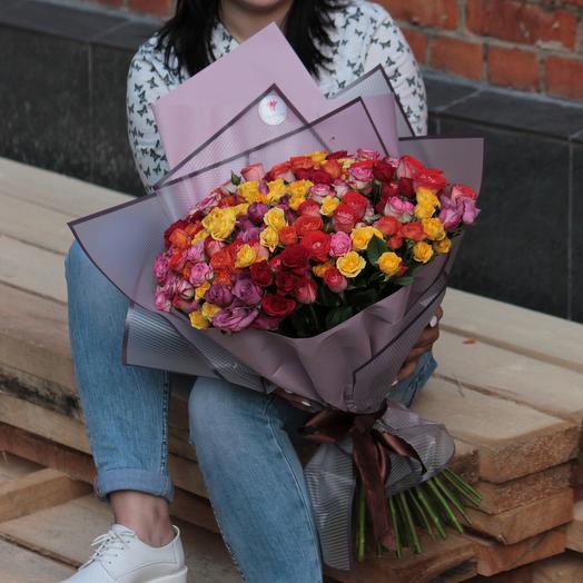 51 кустовая роза микс в дизайнерской упаковке: букеты цветов на заказ Flowwow