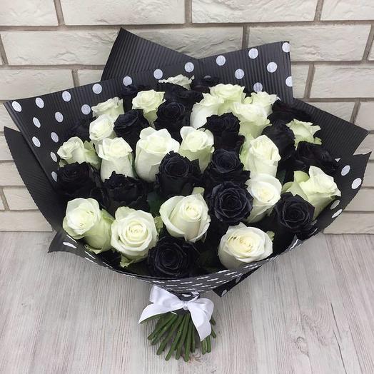 35 белых и черных роз микс