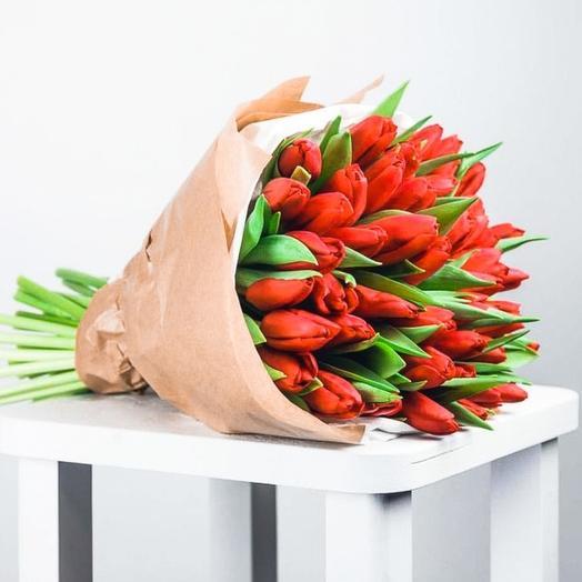 Букет из 35 рыжих тюльпанов в крафте: букеты цветов на заказ Flowwow