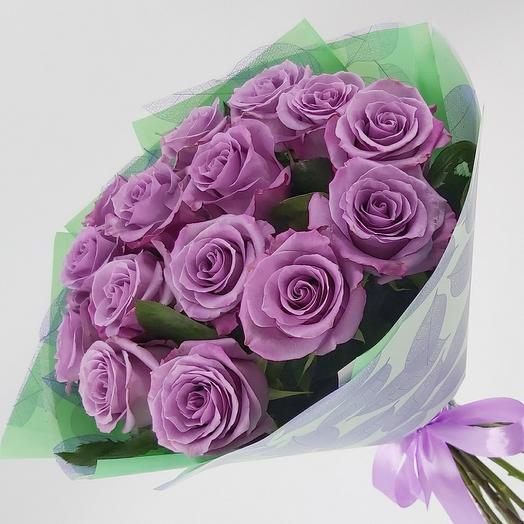 15 сиреневых роз с оформлением