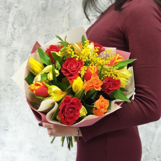 Яркий весенний букет из роз, тюльпанов и мимозы