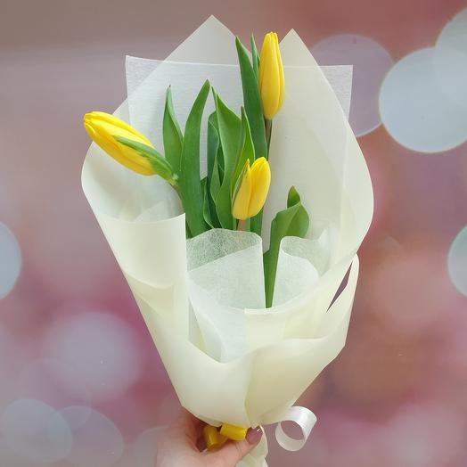 Букет-комплимент из солнечных тюльпанов