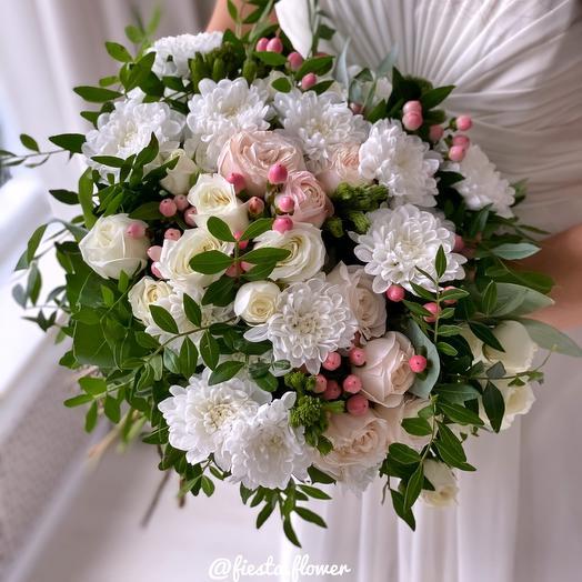 MiX bouquet of spray chrysanthemum, spray roses and Hypericum