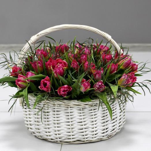 Корзина с 51 пионовидными тюльпанами