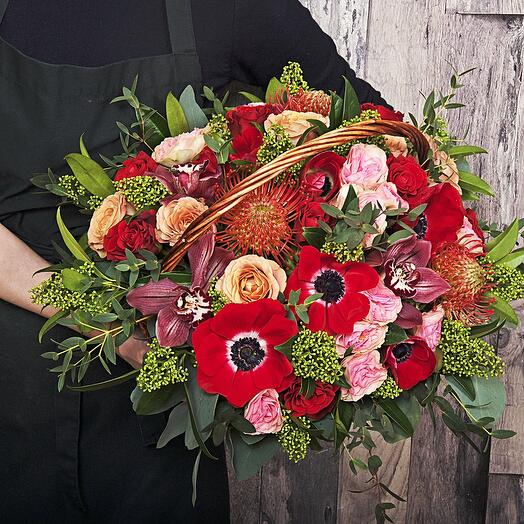 "Букет ""Рокки роуд"" из анемон, орхидеи, леукоспермума, роз и скимии"