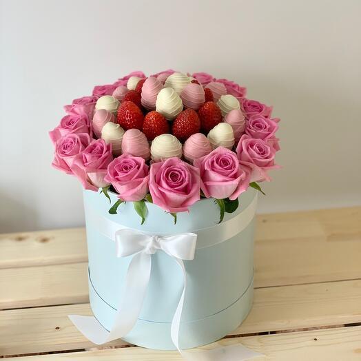 Цветы с клубникой в шоколаде в шляпной коробке