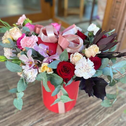 Шляпная коробка с розами и леукадендроном