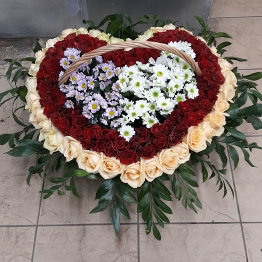 Корзина сердце: букеты цветов на заказ Flowwow