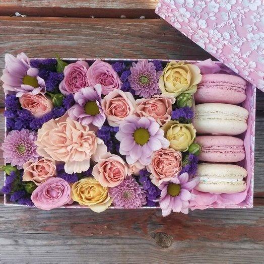 Коробочка с цветами и печеньем макаронс
