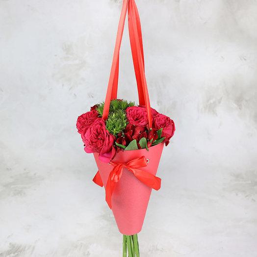 Букет из пионовидных роз и альстромерий в конусе: букеты цветов на заказ Flowwow
