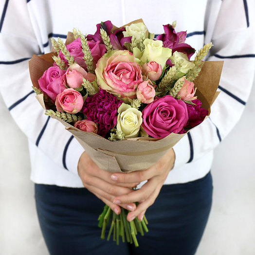 Букет из розовых и белых роз с пшеницей в крафте