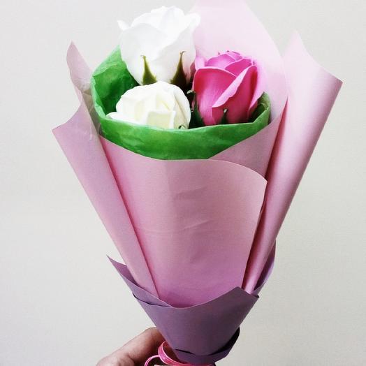 Букет-комплимент из декоративных мыльных розочек: букеты цветов на заказ Flowwow