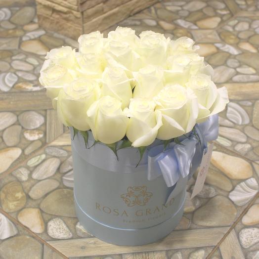 До 25 белых эквадорскх роз в голубой коробке: букеты цветов на заказ Flowwow