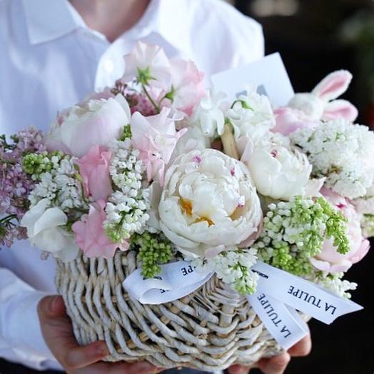 Пионы и Сирень в плетёной корзинке: букеты цветов на заказ Flowwow
