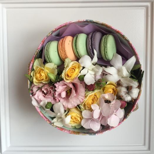 Нежность с цветами и макарони: букеты цветов на заказ Flowwow