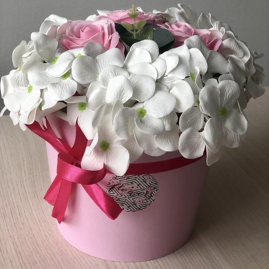 Композиция из мыльных роз и гортензии в коробке: букеты цветов на заказ Flowwow