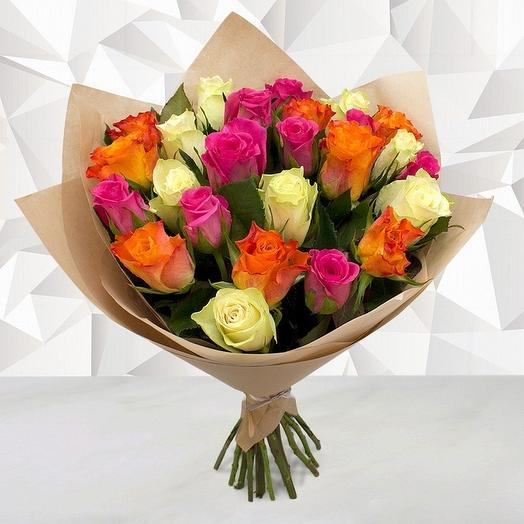Букет из 21 разноцветной розы в крафте 40 см
