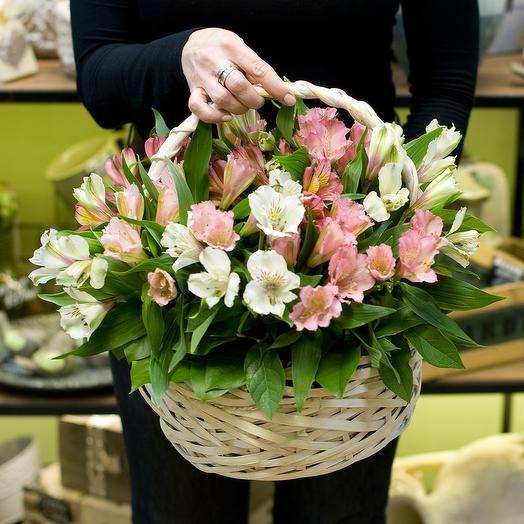 Корзина с альстромерией нежного цвета: букеты цветов на заказ Flowwow