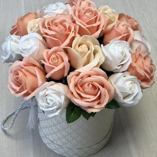 Букет роз на основе мыла в шляпной коробке с кисточками