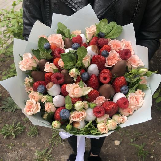 Нежный букет из кремовых или белых роз и свежих ягод