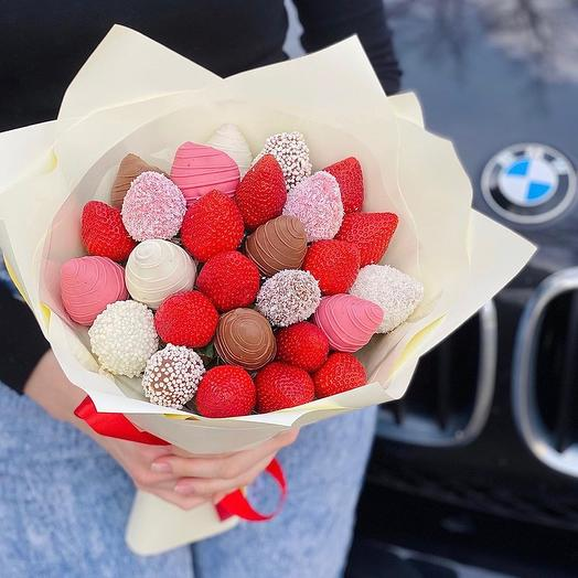 A bouquet of Chocolate-covered Strawberries 27 Pieces
