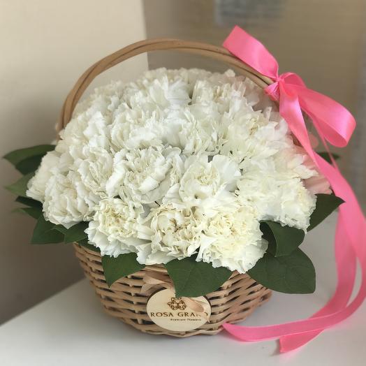 Белые гвоздики в корзине: букеты цветов на заказ Flowwow