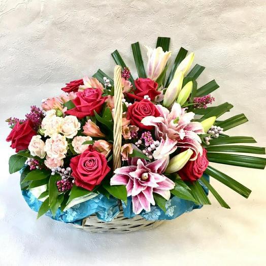 Корзина с лилией и аллой розой