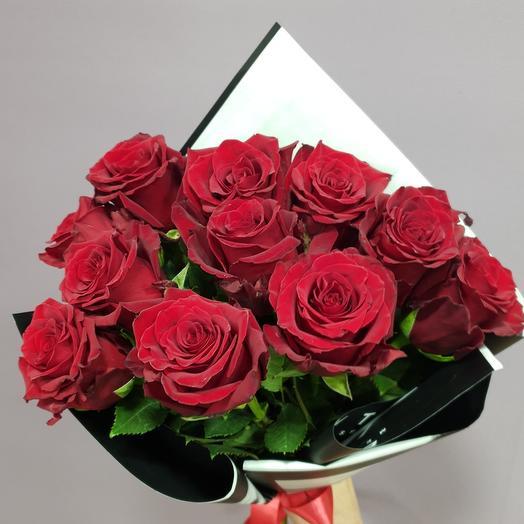 Букет 11 красных роз в оформлении