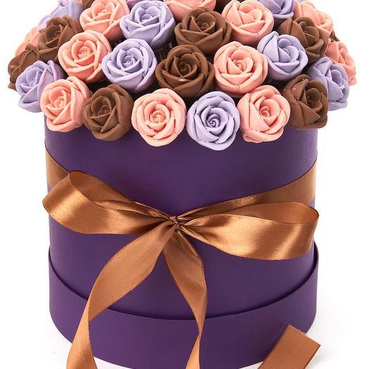 Шляпная коробка из 51 шоколадной розы SH51-F-RFSH