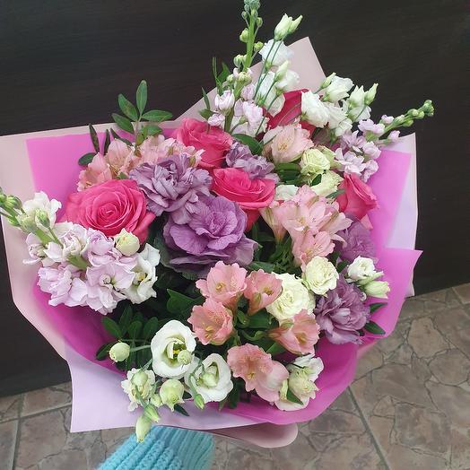 Стильный букет с розой,матиоллой и лизиантусом