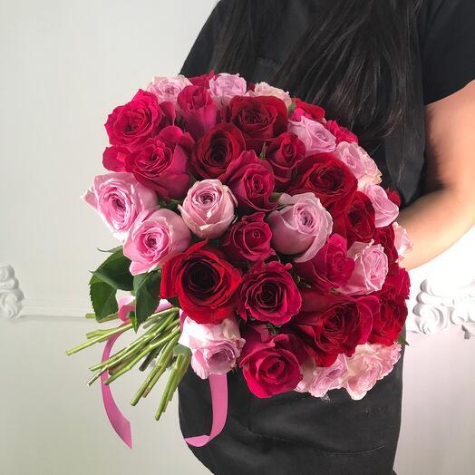 Букет из 51 розы Ягодный микс(коробка конфет в подарок, условие в описании)