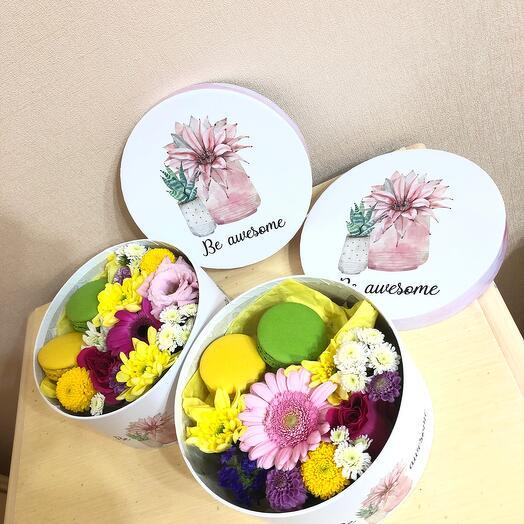Цветы в коробке с макарунсы