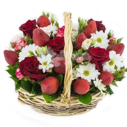 Клубника и цветы