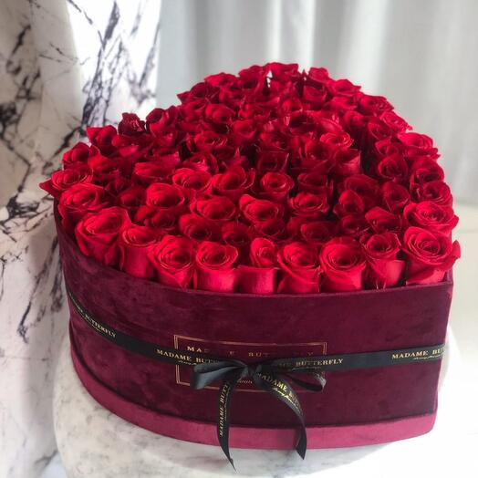 75 роз в бархатном бордовом сердце