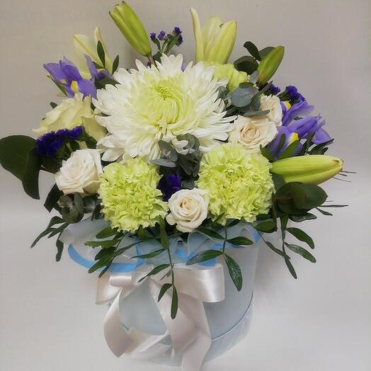 Нежная коробка с лилиями и ирисами