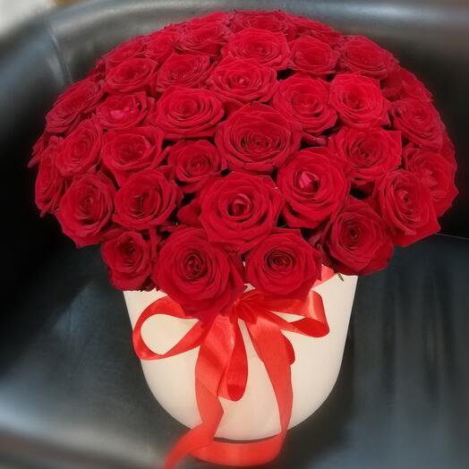 Шляпная коробка из 51 красной розы