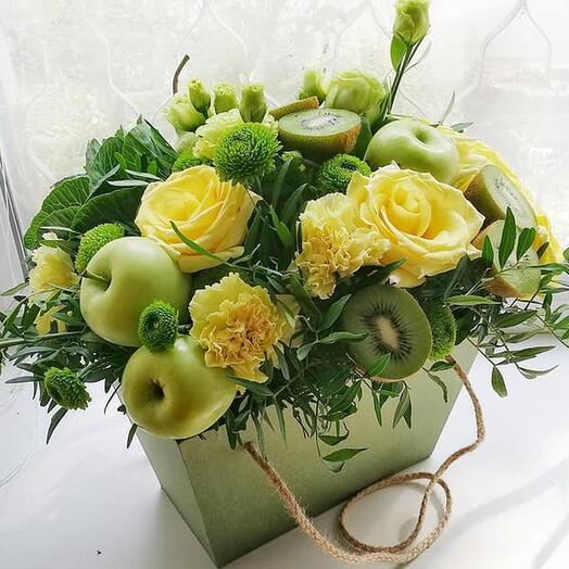 Коробочка с фруктами и желтыми розами