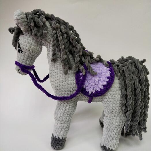 Вязаная игрушка лошадка