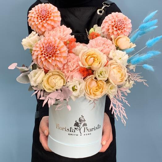 Композиция в шляпной коробке с георгиной  и пионовидной розой
