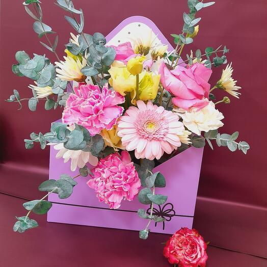 Письмо в конверте из живых цветов