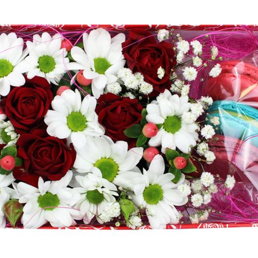 Коробочка с цветами и макарунами 21: букеты цветов на заказ Flowwow